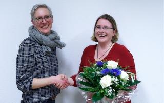 Frauke Wrede (Pressewartin) gratuliert Corinna Kunth zum Vorstandsvorsitz